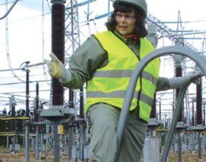 Leena Korpinen sähköasemalla